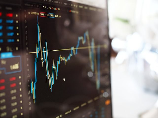 Similarities and Differences Between Online Trading and Wealth Management